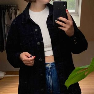 Snygg oversized jeansjacka från bershka i storlek M, passar de flesta storlekar beroende på hur man vill att den ska sitta! Frakten betalas av köparen🌿