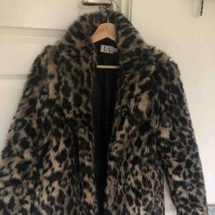En tjock leopard jacka från NAKD, linn ahlborgs kollektion! Den är i storlek 34 men passar 36! Hör gärna av er vid eventuella frågor! ;)