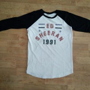 Knappt använd Ed Sheeran tröja som köptes när han spelade på Globen.