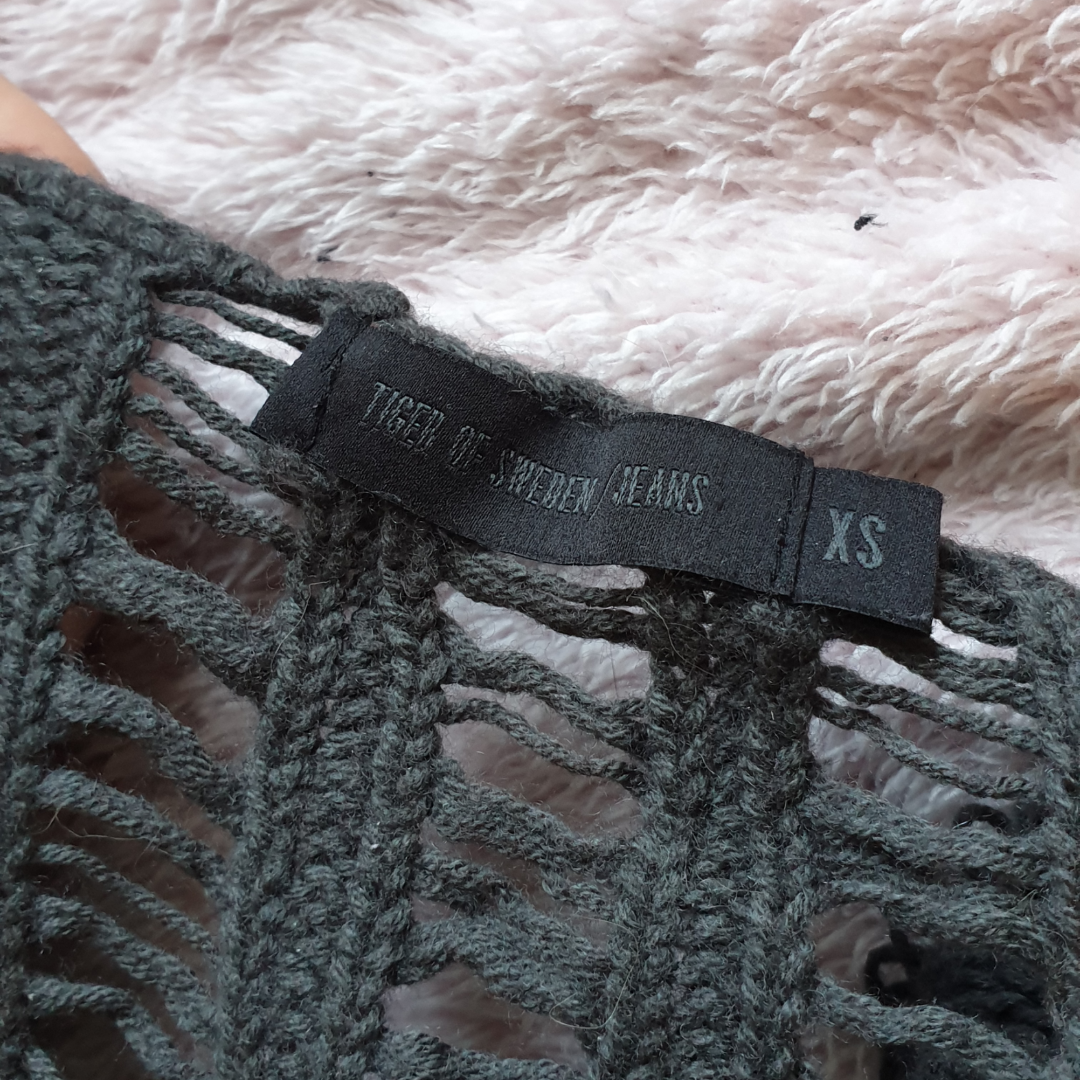 Fin stickad tröja från Tiger Of Sweden! Den är grå med gröna toner i. Mönstret fortsätter på ryggen men under ärmarna är det helt tätt (se bilder). Finns att hämta i Umeå eller så kommer vi överens om frakten. Stickat.