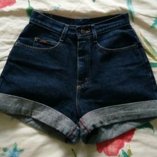 Shorts köpta från Beyond Retro (Märket Denim Riders). Finns ingen storleksinfo i shortsen men passar oversize förutom vid midjan där den är åtsittande.