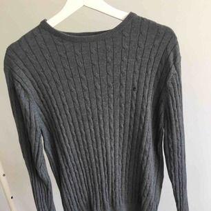 En nästan oanvänd grå kabelstickad tröja från park lane i storlek M. Har även denna i S till salu