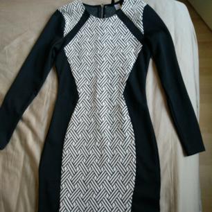 Bara använd 1 gång. Snyggt åtsittande klänning.