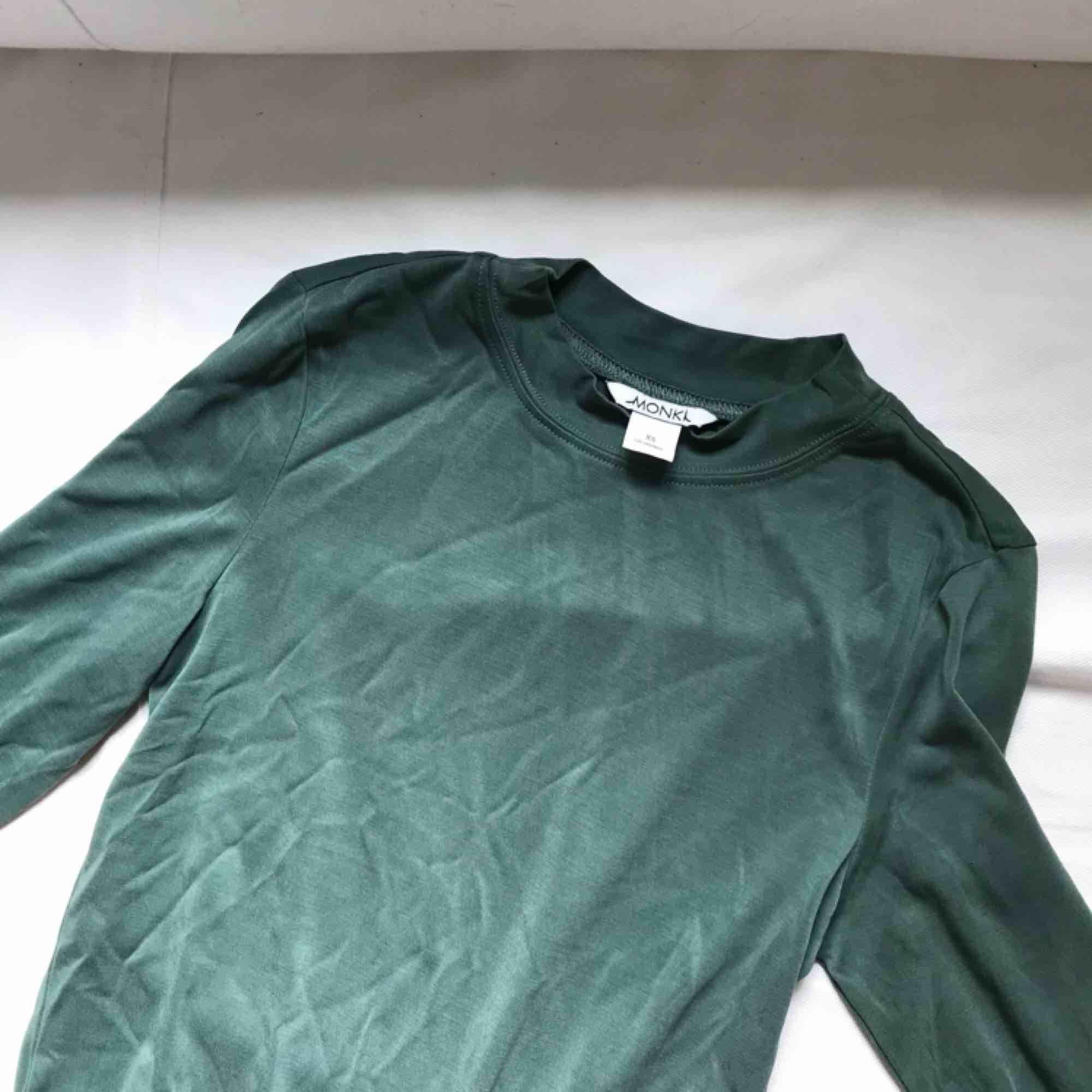 Långärmad basic tröja i en superfin grön färg från Monki! Aldrig använd endast provad. Frakt 15kr   Gbg/Borås. Skjortor.