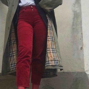 röda manchesterbyxor, tyvärr har dem blivit för små för mig:(( välanvända men inga synliga fel, lagat en söm vid dragkedjan som gick upp! frakt ej inkl i priset!