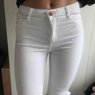 Vita håliga jeans från Gina Tricot Jätte fina å sköna, nästan som nya. (Tråd på andra bilden) Ny pris 299:- Frakt tillkommer