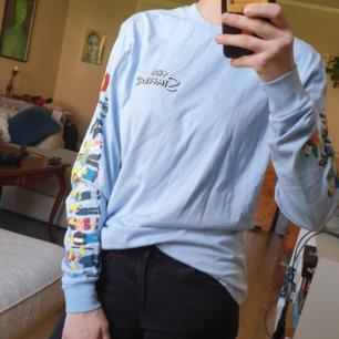 Långärmad Simpsons tröja! Oanvänd och väldigt fint skick. Ganska tunn i tyget och så står det att det är xs men jag skulle säga att den mer är som S. Kan mötas i Umeå eller så kommer vi på lösning för frakt!