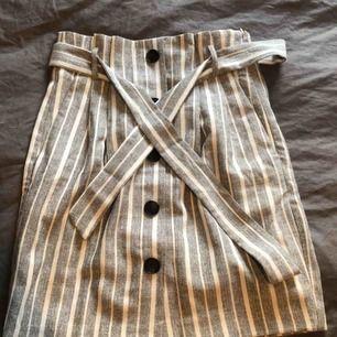 Paperbag kjol från H&M i mycket bra skick. Köpare står för eventuell frakt