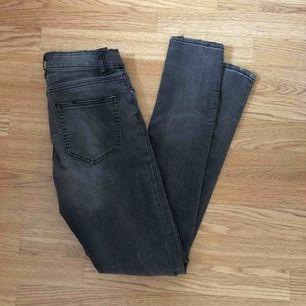 Sååå snygga jeans från hm med hål vid knäna! Aldrig använda, säljes pga för många.