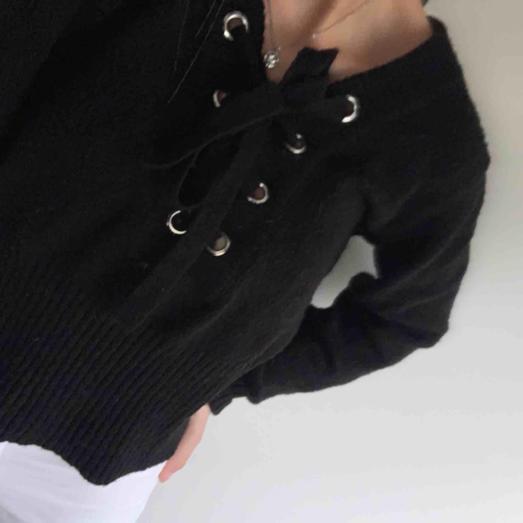 Jätte fin å skön stickad tröja med snörning där fram från GinaTricot! Man kan ha den på massvis med olika sätt, som du kan se på bilderna!  Stl S  Nypris: 249:- Frakt tillkommer. Stickat.