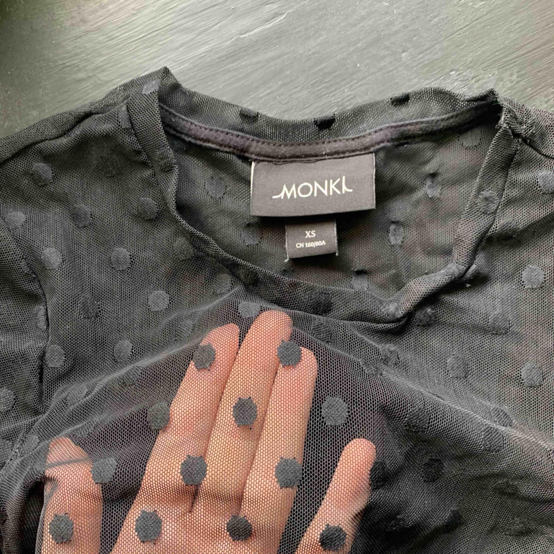 Så sjukt snygg mesch tröja från Monki! Använd fåtal gånger, sjukt ball med en spets bh under. Sitter som en normal XS/S💘😚 kram . Toppar.