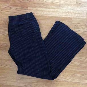 Snygga randiga byxor, fint med vitt linne eller någon tanktop :) Står storlek 34 men mer en 36!