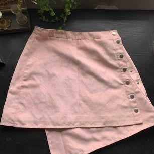 Supersöt kjol i icke äkta läder ish, passar XS-S kanske en M om du har lite smalare midja! Perfekt längd på sen och absolut i nyskick! Frakt tillkommer KRAM💓