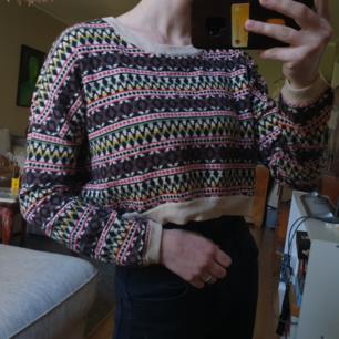 Stickad croppad tröja med coolt mönster på. Fint skick! Kan mötas upp i Umeå eller så kommer vi på lösning för frakt:)