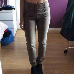 Snygga byxor med fint mönster! Sitter fint, klassiska :)  Rensar ut garderoben under sommaren så kika in på min profil!