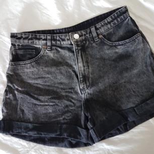 Kortbyxor i jeans, fickor fram och bak. Använda fåtal gånger