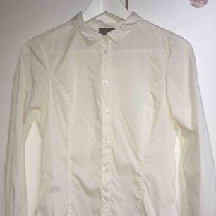 Vit skjorta från Vero Moda, perfekt för formella sammanhang. Kan mötas upp runt Åseda/kosta/Växjö, annars tillkommer fraktkostnader✨