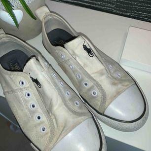 Ralph Lauren sneakers.  Väldigt använda vilket syns... vill bara bli av med dem Stl 37/38 Ny pris 499:- 100kr inkl frakt! Priset kan diskuteras