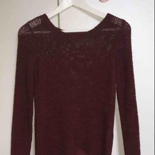 Helt oanvänd stickad tröja från ONLY, köpt från Vero Moda. Stickad men kliar inte. Står att det är storlek XS men passar även S och M. Kan mötas upp runt Åseda/kosta/Växjö, annars tillkommer fraktkostnader✨✨