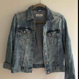 Ljusblå jeans jacka från H&M i storlek 38 (liten i storleken så skulle passa bra för någon i XS).