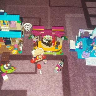 Barnen säljer lite av sitt lego Allt är i fint skick och komplett med böcker Läs hela annonsen Pga oseriösa köpare lägger jag ut igen  Bild 1 är lilltjejen som säljer  Lego juniors Anna och Elsas lekplats Nypris 299:- Hennes pris 150:-  Lego friends Andrea´s Park Performance Nypris 299:- Hennes pris 150:-  Lego juniors Stephanies strandhus Nypris 294:- Hennes pris 150:-  Bild 2 är stora tjejen som säljer  Lego friends Grand hotell Utgår nu från Sverige och säljs endast i 2 onlinebutiker i hela landet  Nypris 1675:- Hennes pris 1000:-  Lego friends katamaran Nypris 699:- Hennes pris 400:-  Lego friends träkoja Nypris 275:- Hennes pris 100:-  Hämtas i Husby backe Söderköping Swish finns och föredras då allt sätts in på barnens konton då dom sparar till allt till olika saker