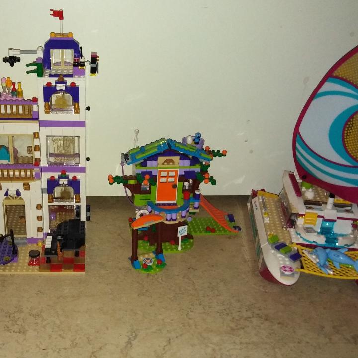 Barnen säljer lite av sitt lego Allt är i fint skick och komplett med böcker Läs hela annonsen Pga oseriösa köpare lägger jag ut igen  Bild 1 är lilltjejen som säljer  Lego juniors Anna och Elsas lekplats Nypris 299:- Hennes pris 150:-  Lego friends Andrea´s Park Performance Nypris 299:- Hennes pris 150:-  Lego juniors Stephanies strandhus Nypris 294:- Hennes pris 150:-  Bild 2 är stora tjejen som säljer  Lego friends Grand hotell Utgår nu från Sverige och säljs endast i 2 onlinebutiker i hela landet  Nypris 1675:- Hennes pris 1000:-  Lego friends katamaran Nypris 699:- Hennes pris 400:-  Lego friends träkoja Nypris 275:- Hennes pris 100:-  Hämtas i Husby backe Söderköping Swish finns och föredras då allt sätts in på barnens konton då dom sparar till allt till olika saker    . Övrigt.