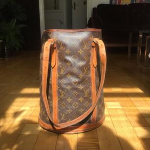 Intressekollar min Louis Vuitton bucket gm monogram väska! Den är äkta och köpt på tradera. Har även kvittot och den har serie nr i! Kontakta mig för mer info eller bud men ej skambud. 🌼