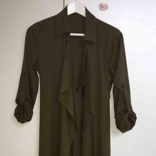 Mörkgrön trenchcoat köpt från en butik i Paris, färgen är som på den första bilden. Kan mötas upp runt Åseda/kosta/Växjö, annars tillkommer fraktkostnader✨✨