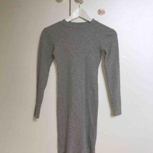 Ljusgrå ribbad tight klänning från Bik Bok. Kan mötas upp runt Åseda/kosta/Växjö, annars tillkommer fraktkostnader✨✨