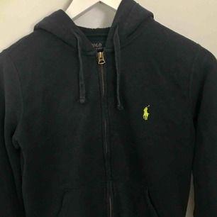 Mörkblå hoodie storlek s/m, Både till tjej o kill Frakt tillkommer eller mötas upp i Stockholm