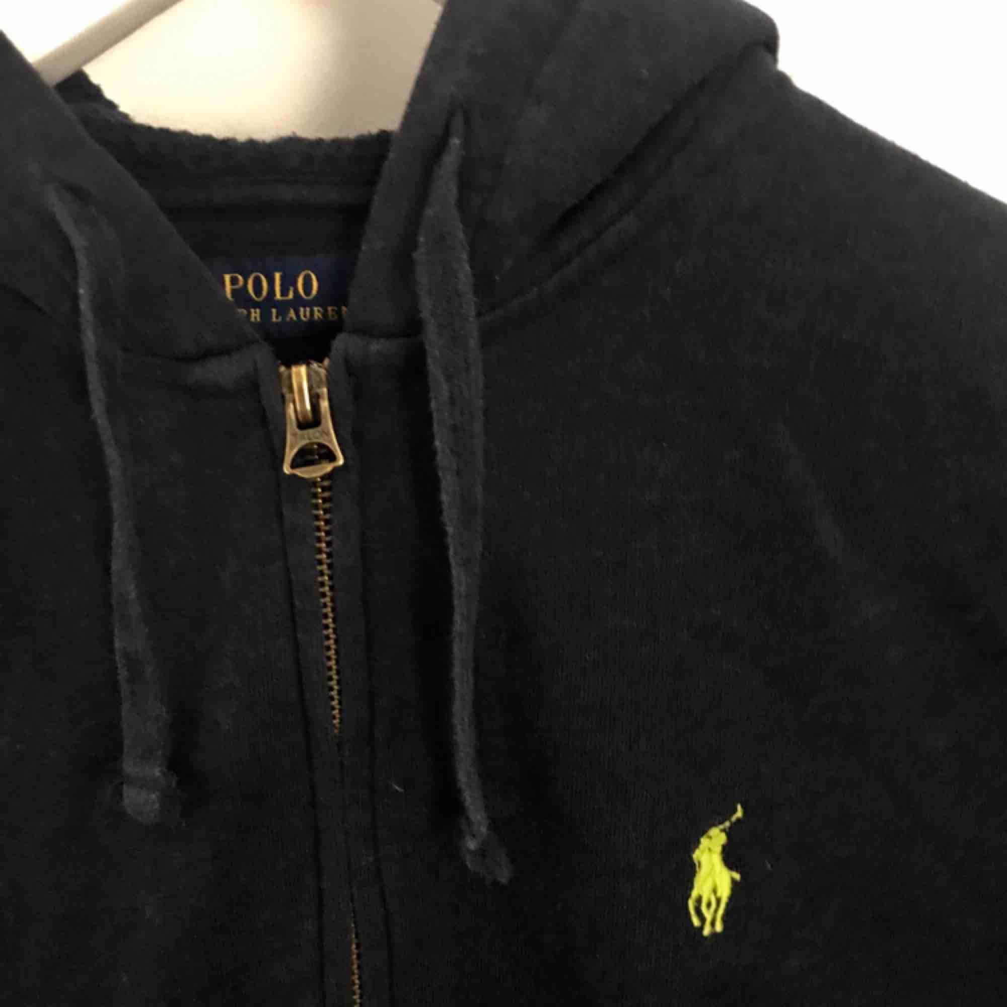 Mörkblå hoodie storlek s/m, Både till tjej o kill Frakt tillkommer eller mötas upp i Stockholm. Huvtröjor & Träningströjor.