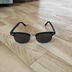 Svart-silvriga clubmasterbrillz från Glitter. Feta med lite avlångare modell istället för klassiska runda.