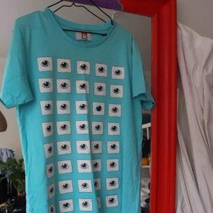Gaaalet snygg t-shirt från somewear med tungt tryck; Alla ögon är likadana förutom ett.