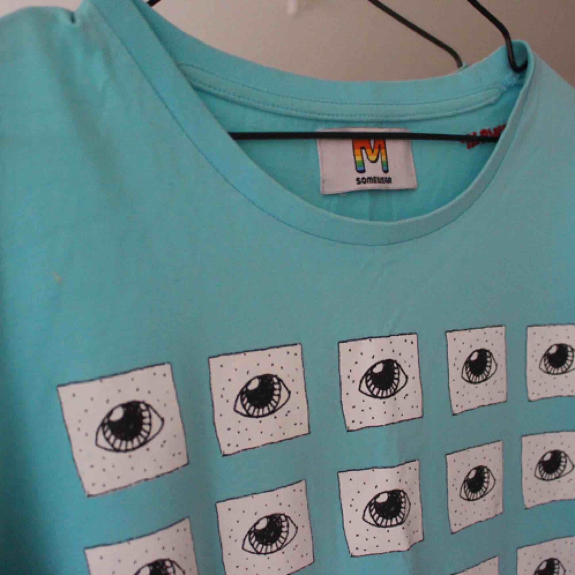 Gaaalet snygg t-shirt från somewear med tungt tryck; Alla ögon är likadana förutom ett. . T-shirts.