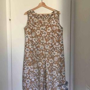 Superfin klänning från 70-talet! Sitter snyggt oversized men även åtsittande då den är något figursydd vid brösten. Står ingen storlek, men skulle säga M-L. Det är en liten kaffefläck på som dock knappt syns (bild 3). Pris kan diskuteras!