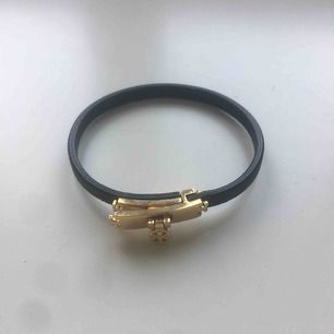Tory Burch armband svart med gulddetaljer i skinn. Storlek M. Väldigt fint skick! Fråga gärna om det är något ni undrar😊