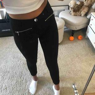 Ett par sköna leggings från Zara, i mycket bra skick! Storlek m, men skulle absolut säga att de passar dem som i vanliga fall har S! Frakt tillkommer!