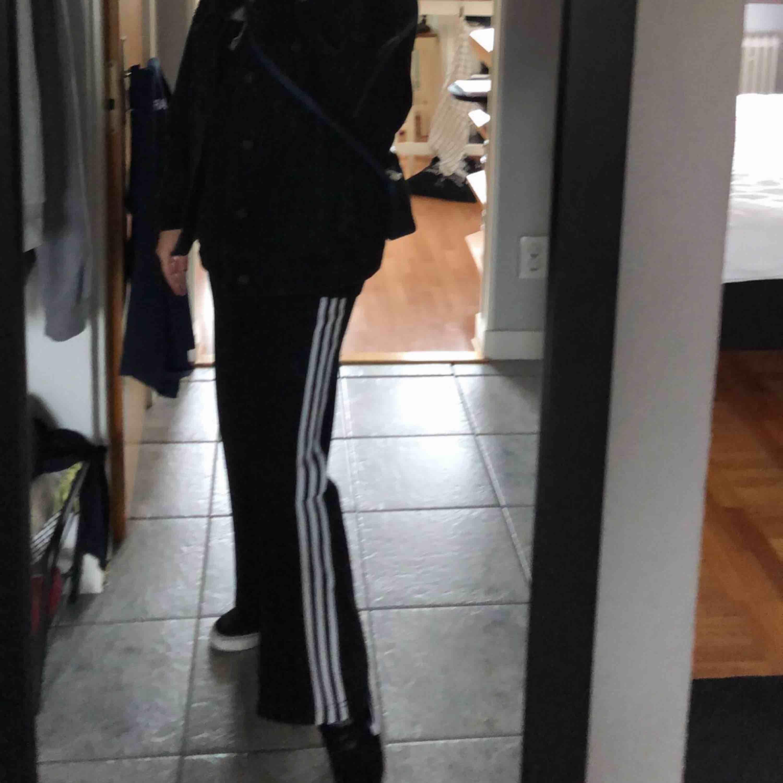 Skitnice vida adidasbyxor, kan använda till fest tillsammans med en snygg tröja. Väldigt fin passform, snålt använda därav priser (inkl frakt). Jeans & Byxor.