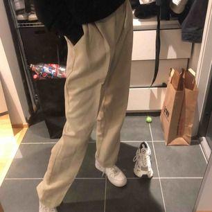 Snyggaste vintagebrallan från beyond retro, storlek M. Viker sig tvärsnyggt över skorna, frakt 36:-