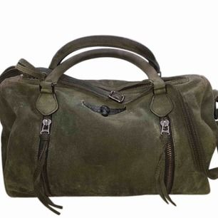 Säljer min Zadig & Voltaire väska i militärgrön. Den kommer med dustbag osv. Köpt för 4500kr ungefär. Kan mötas upp i Karlshamn eller Stockholm annars fraktar jag☺️