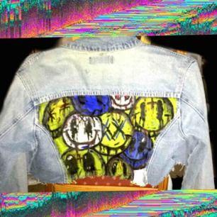 Egen croppad och handmålad jeansjacka av mig från Brooker. Motivet tog ca 10h totalt att måla. Går att tvätta!   Frakt tillkommer på 36kr