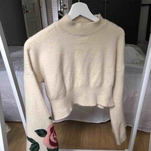 Urgullig beige tröja med vida armar som har blommigt tryck på sig. Kan möta upp i Vetlanda annars står köparen för frakt. Lite nopprig på vissa ställen men inget man märker. Knappt använd.