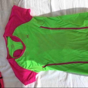 Rosa och grön tränings t-shirt från pro touch i storlek XS. Den är endast använd en gång då den var för liten.