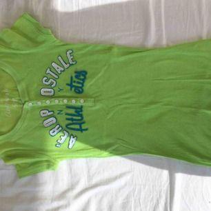Snygg ljusgrön t-shirt från aeropostale i storlek S. Använd litegrann för många år sedan men sedan har den bara legat för liten i min garderob.