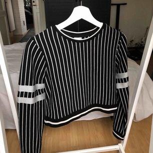 Häftig grå randig kroppad tröja i väldigt bra kvalitets. Bara använd fåtal gånger. Möter upp i Vetlanda eller så står köparen för frakten <3