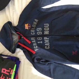 En fc barcelona hoodie i navyblå i väldigt fint knappt använt skick. har även en i storlek för 16 år upplagd på min sida.