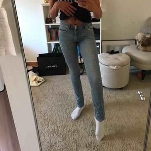 Skitsnygga acne jeans i. Bra skick! De är i strl 26 men skulle absolut säga att de är w24! Väldigt små för sin storlek! Frakt tillkommer! nypris 1000kr