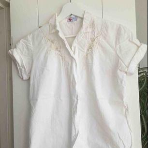 En vit skjorta/blus i väldigt fint skick. Den är knappt använd. Supersöt med detaljerna uppe vid kragen. Säljes då den tyvärr är för liten för mig. Uppskattad storlek s-xs då det inte finns en storlekslapp kvar.