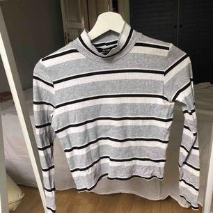 Fin randig tröja med hög krage, väldigt bra kvalitet dock lite skrynklig på bilden. Möter upp i Vetlanda annars står köparen för frakt.