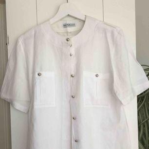 Vit skjorta/blus med silvriga knappar. Väldigt snygg och knappt använd då det inte riktigt var min stil. Storlek 38